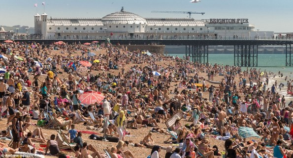 2B92E0B300000578-3206960-Packed_Thousands_of_families_headed_to_the_sun_drenched_and_very-a-14_1440284196271.jpg